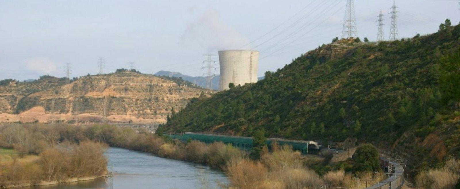 La central nuclear d'Ascó, al costat del riu Ebre, al seu pas pel terme municipal de Flix (Ribera d'Ebre)