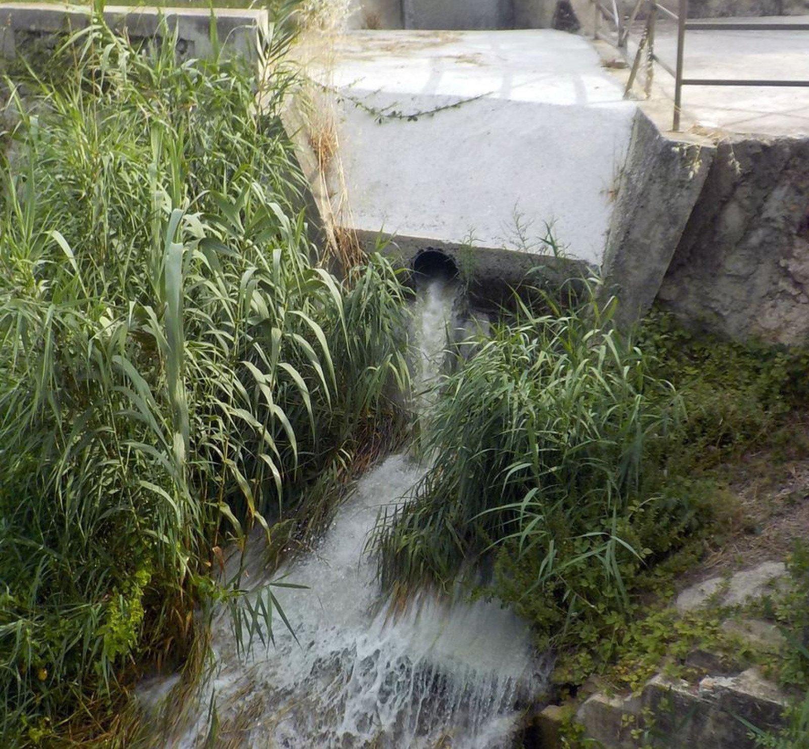 Punt des d'on s'allibera aigua al riu