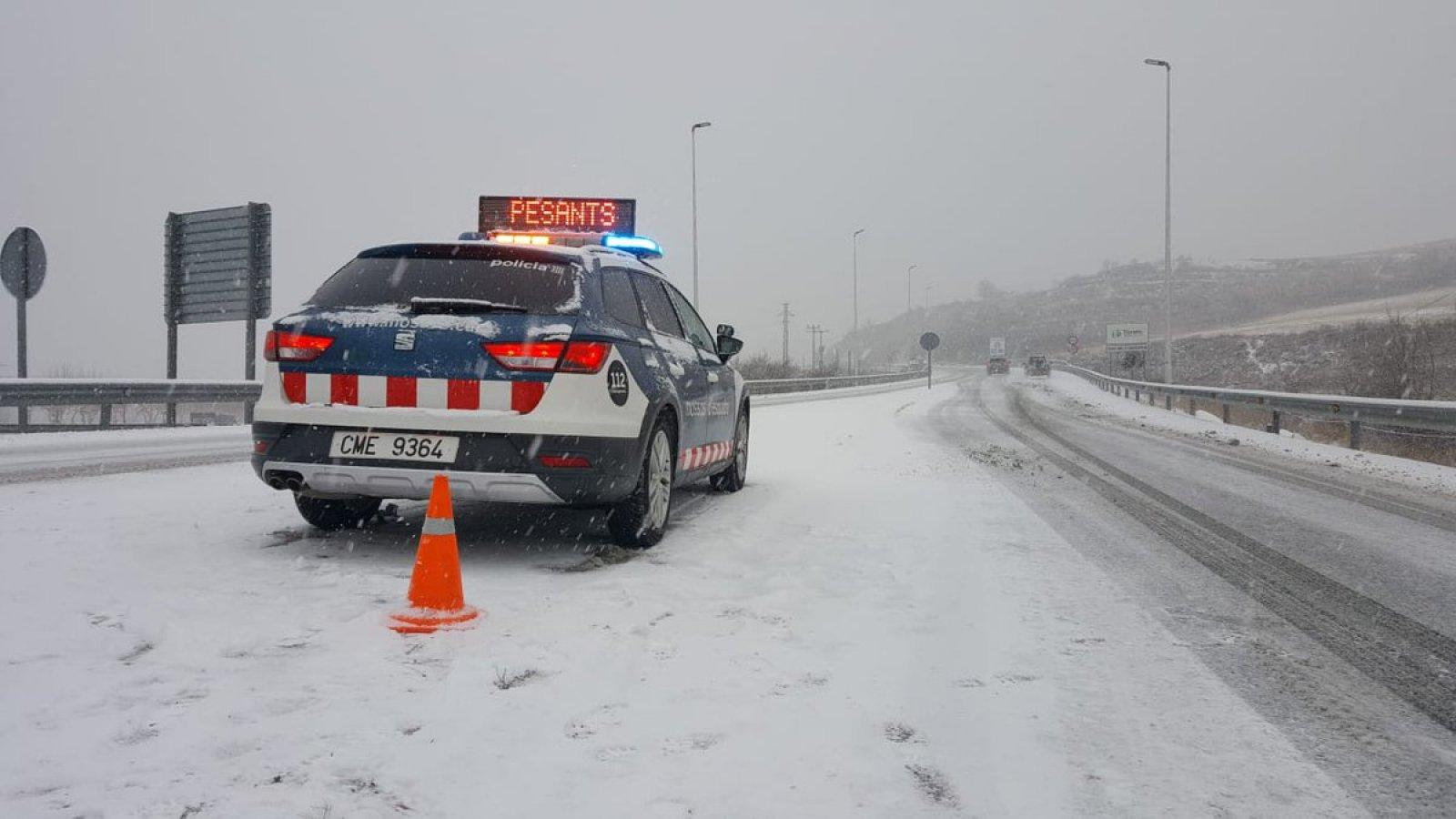 Un cotxe de Mossos en una carretera nevada