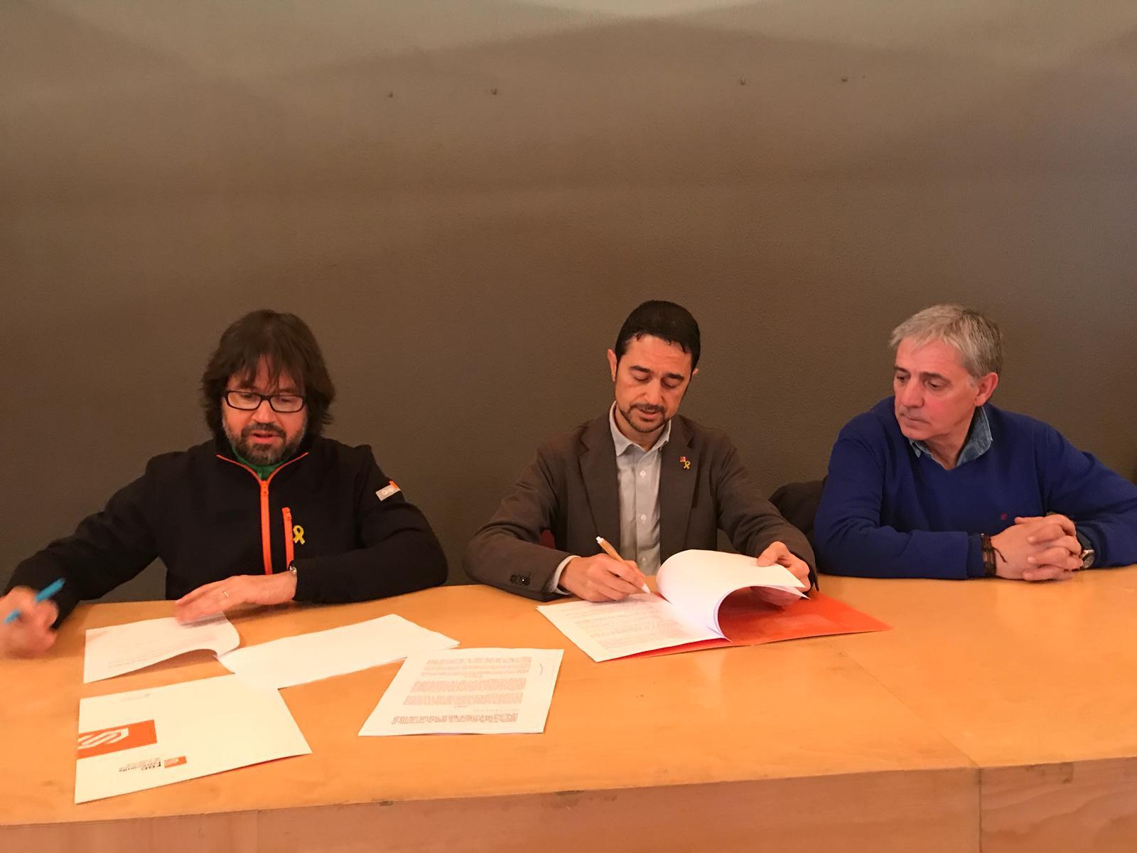 Ricard Font i Damià Calvet en el moment de la signatura de l'acord