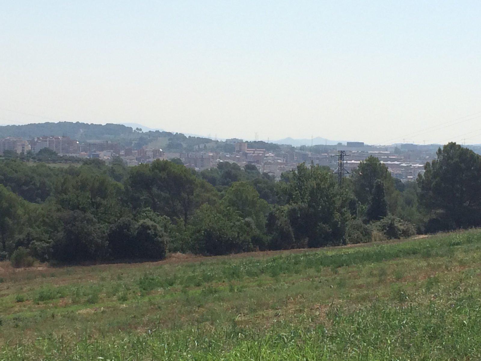 La ciutat de Rubí al fons de la imatge