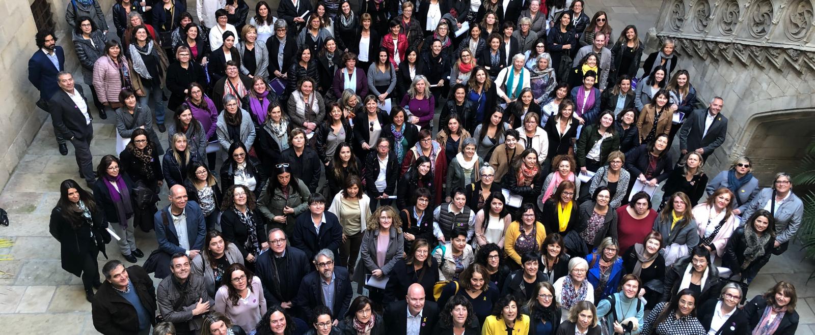 Fotografia de grup de l'Associació de Dones del Món Rural de Catalunya, l'Associació Catalana de Dones de la Mar i el Departament d'Agricultura
