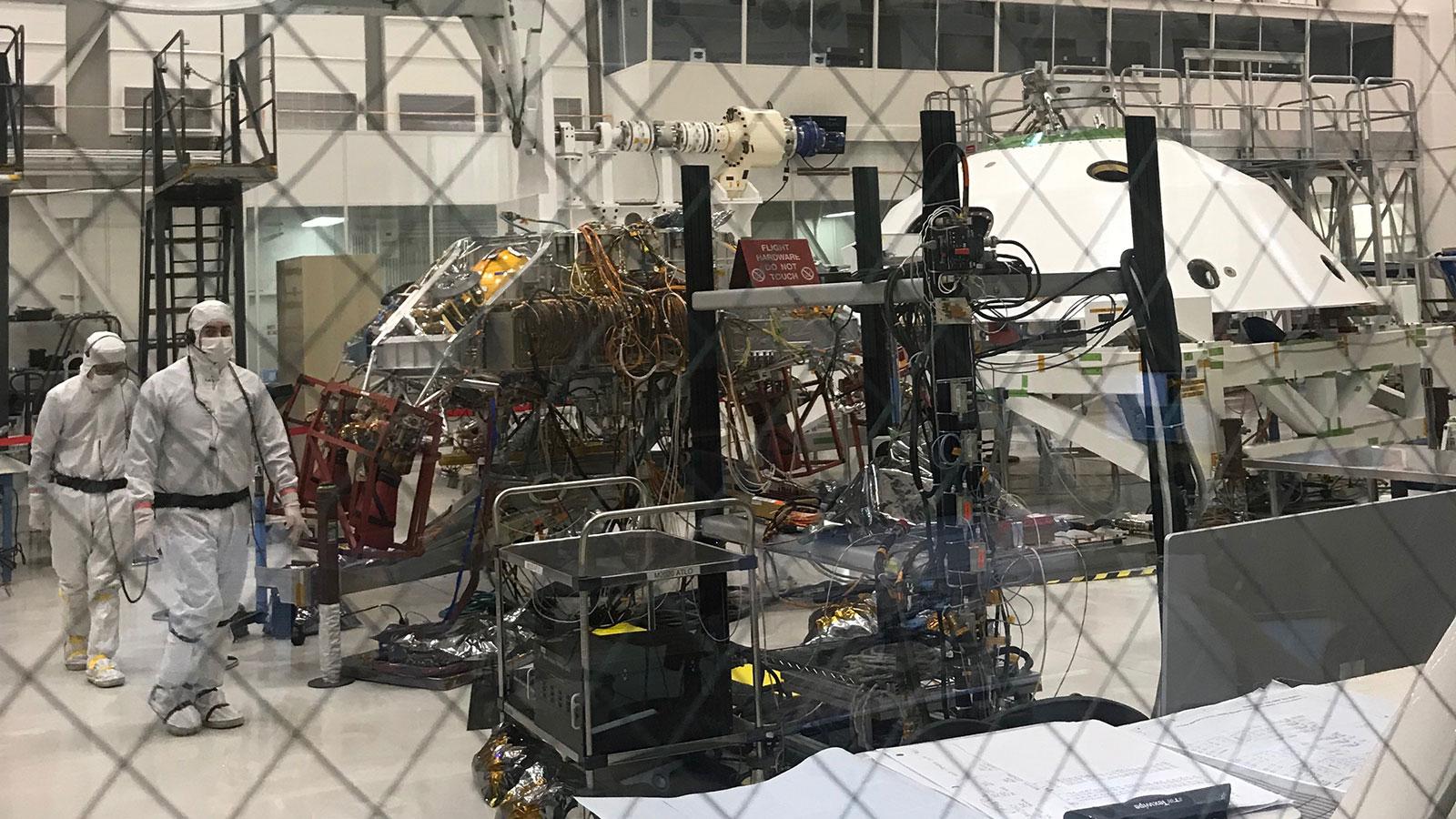 Tècnics treballant al ST1 a les Instal·lacions de Muntatge de Naus Especials de la NASA a Pasadena (Califòrnia)