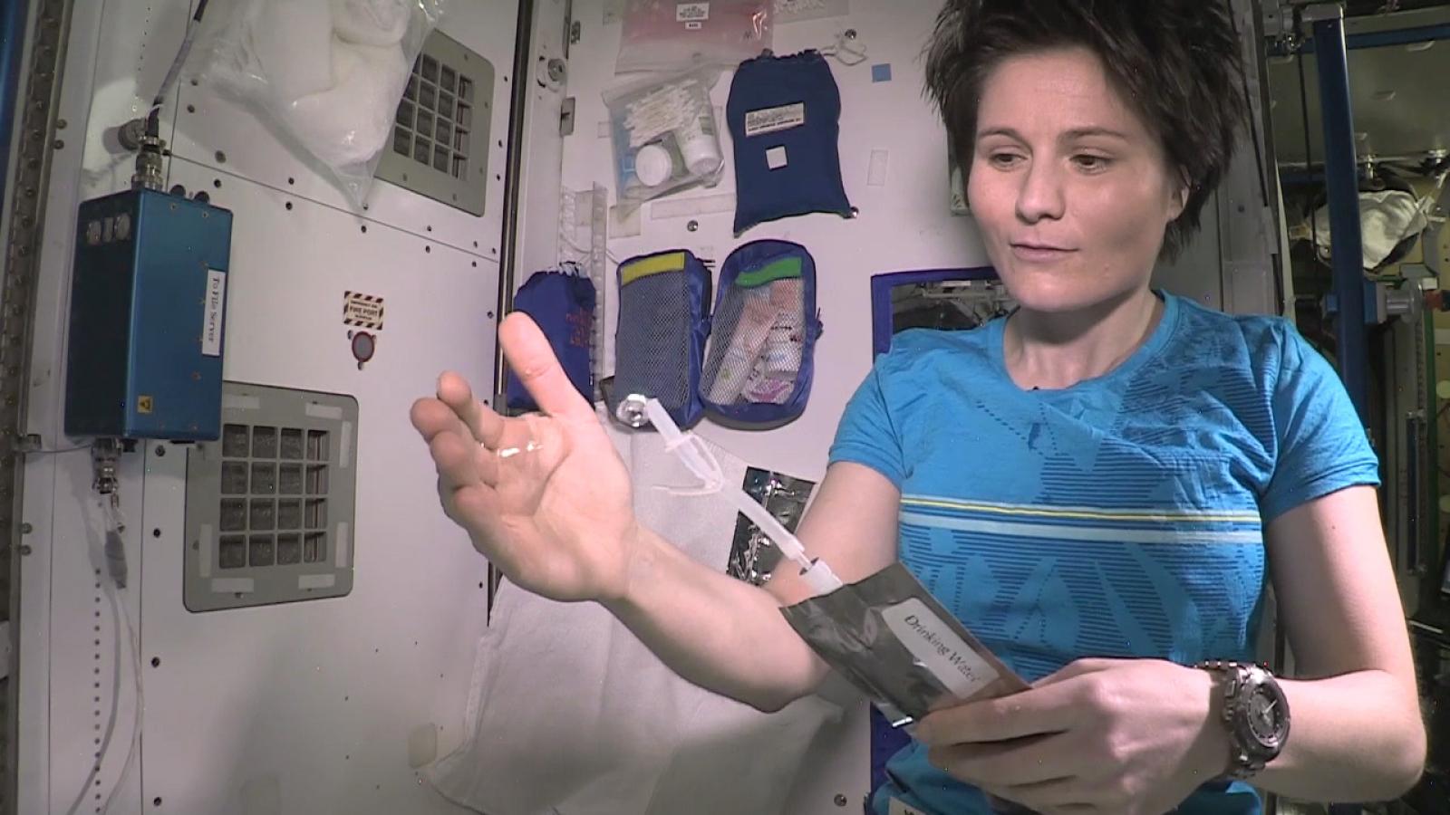 L'astronauta Samantha Cristoforetti amb aigua a l'interior de l'Estació Espacial Internacional