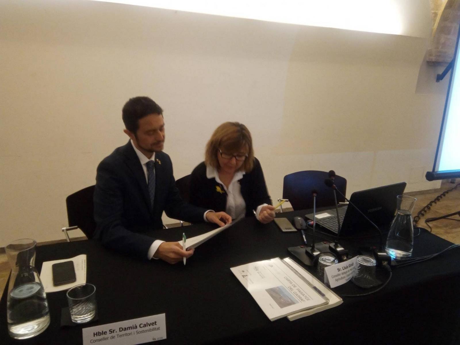 El conseller Calvet signant la Carta del Paisatge del Garraf
