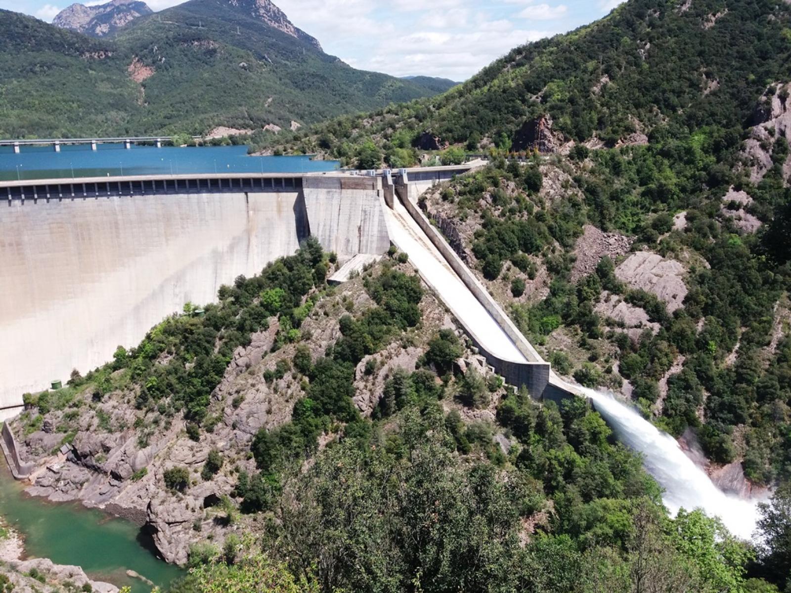 La presa de la Baells alliberant 42m3/s