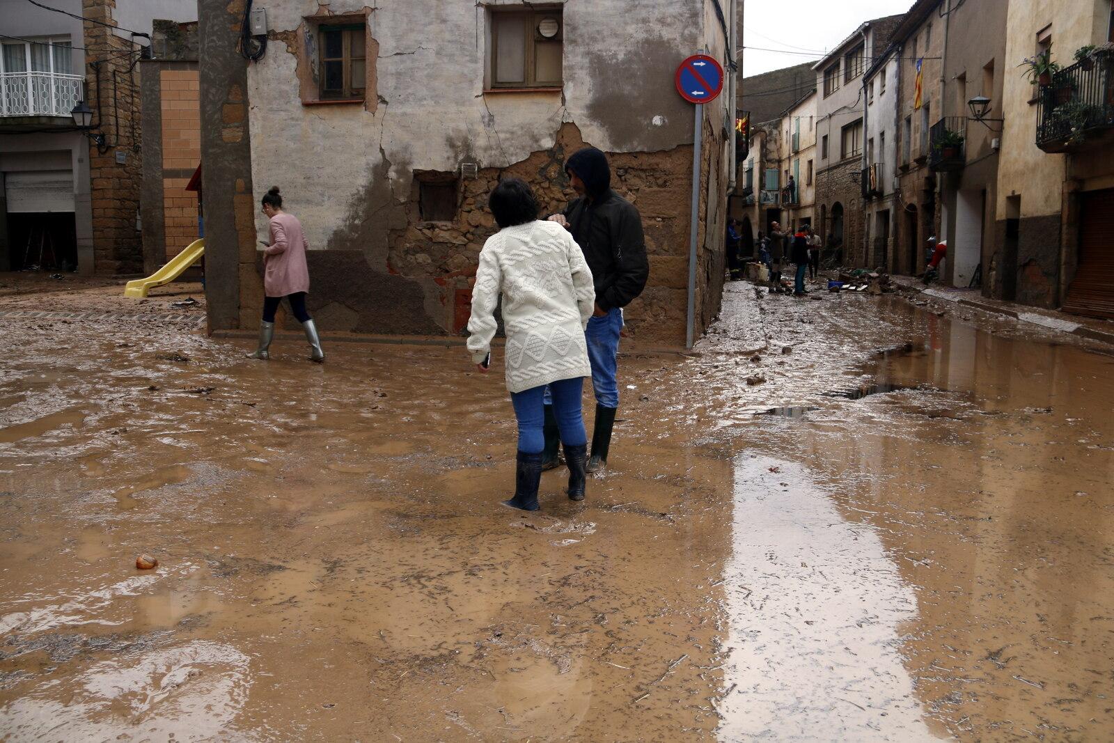 Veïns de l'Albi caminant enmig del poble inundat