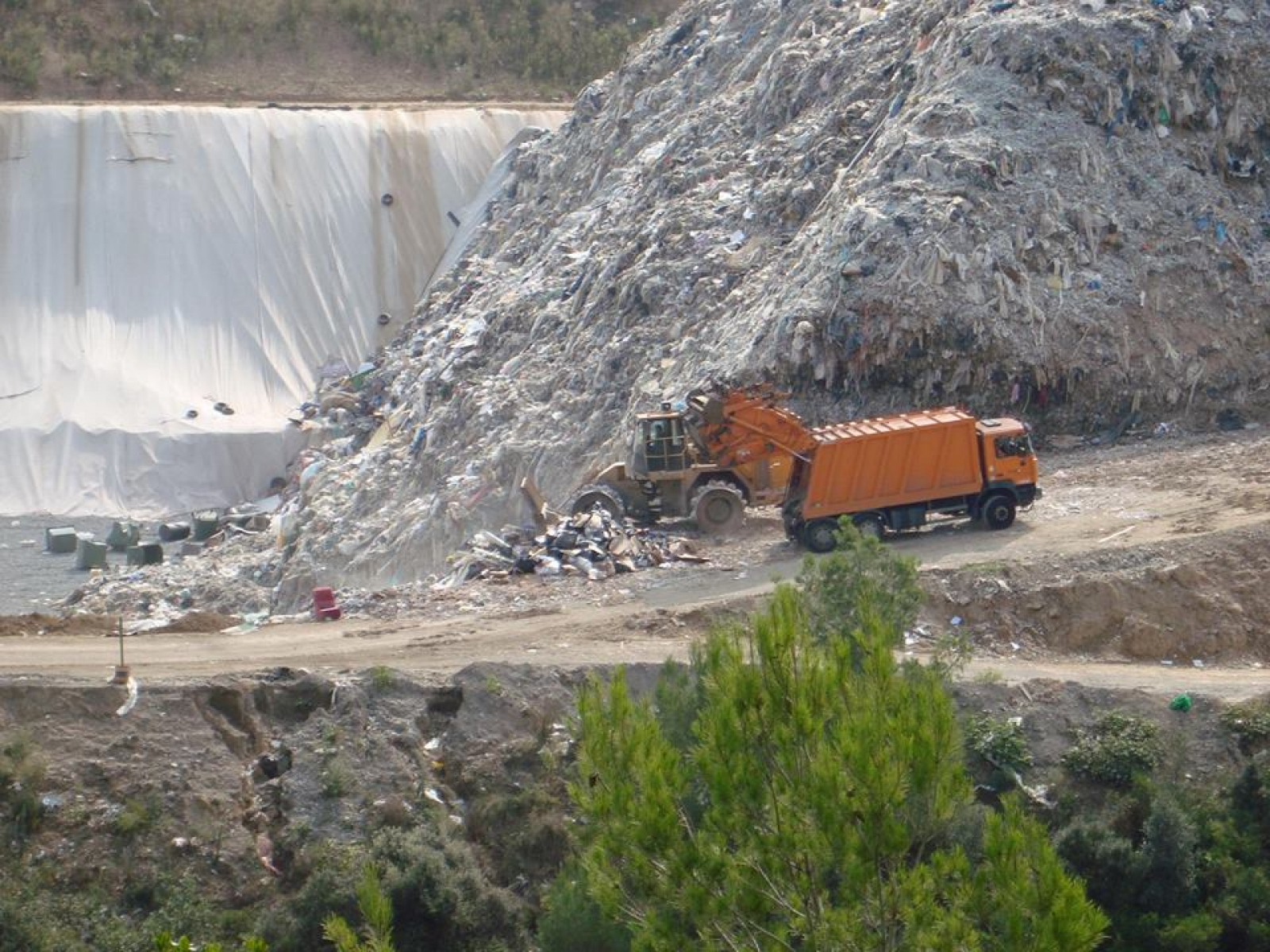 Un camió vessant residus a un abocador de Rubí