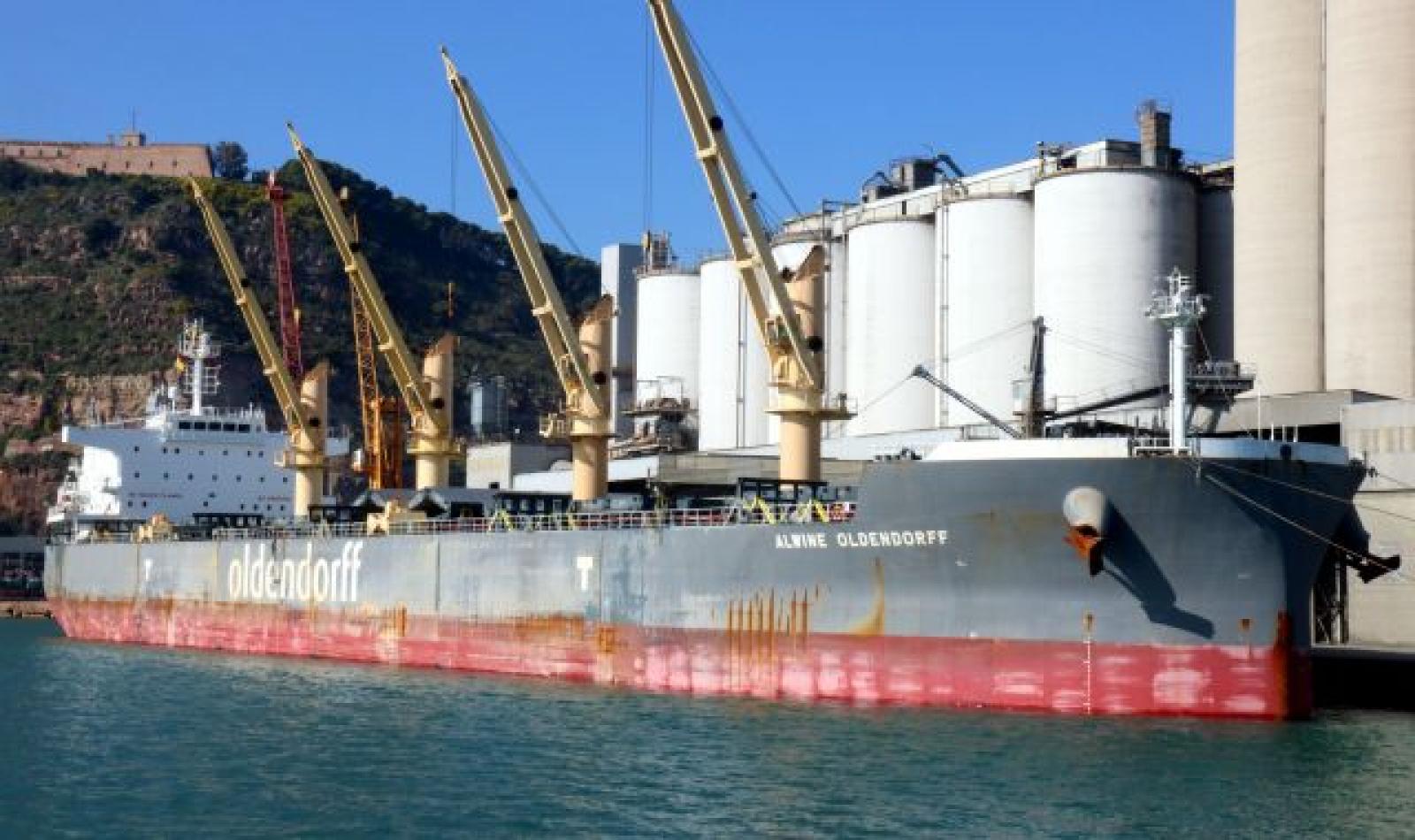 Un vaixell de càrrega amarrat a la terminal de mercaderies del Port de Barcelona