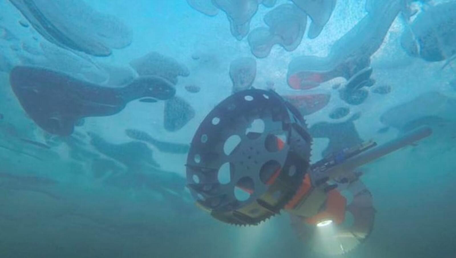 Reproducció artística del vehicle navegant sota un oceà glaçat