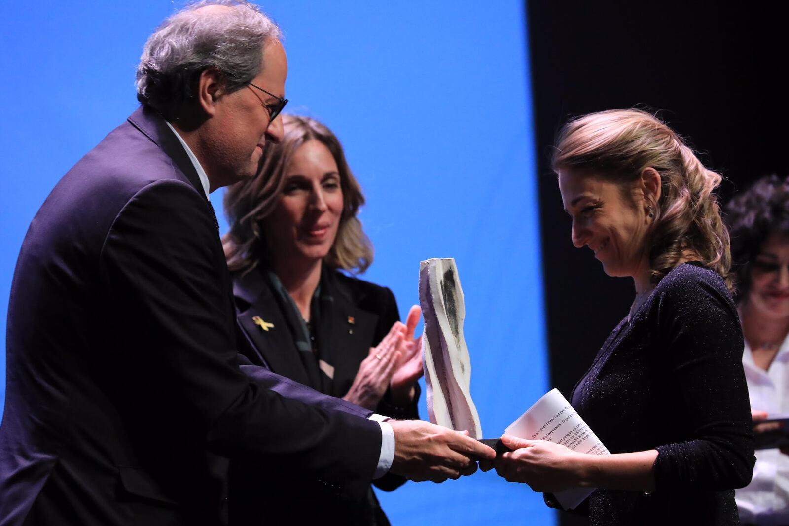 El president Torra i la consellera Chacón entregant un dels Premis Nacionals de Recerca
