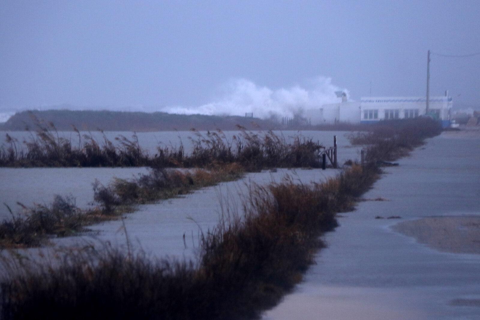 Pla general d'onades colpejant la zona de la Marquesa i les instal·lacions del restaurant 'Els Vascos'