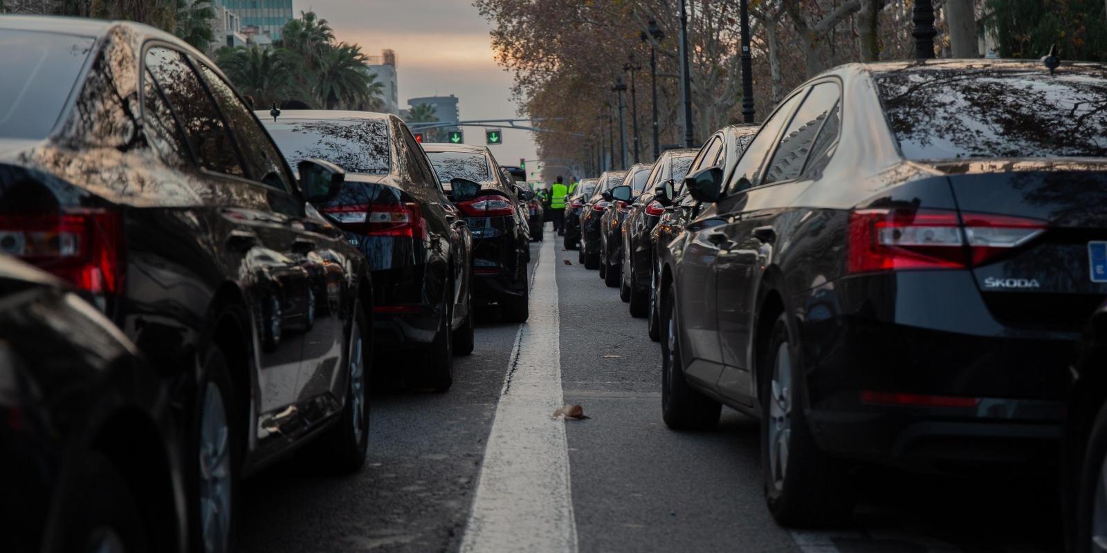 Cotxes de VTC aparcats a la Diagonal