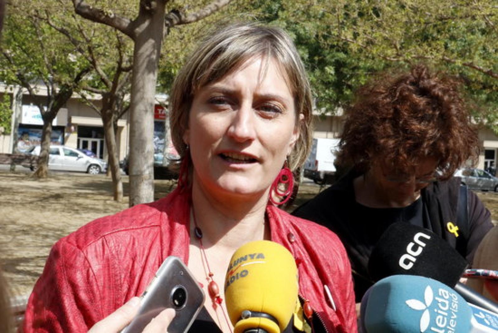 La consellera de Salut, Alba Vergés, atenent els mitjans de comunicació a Lleida