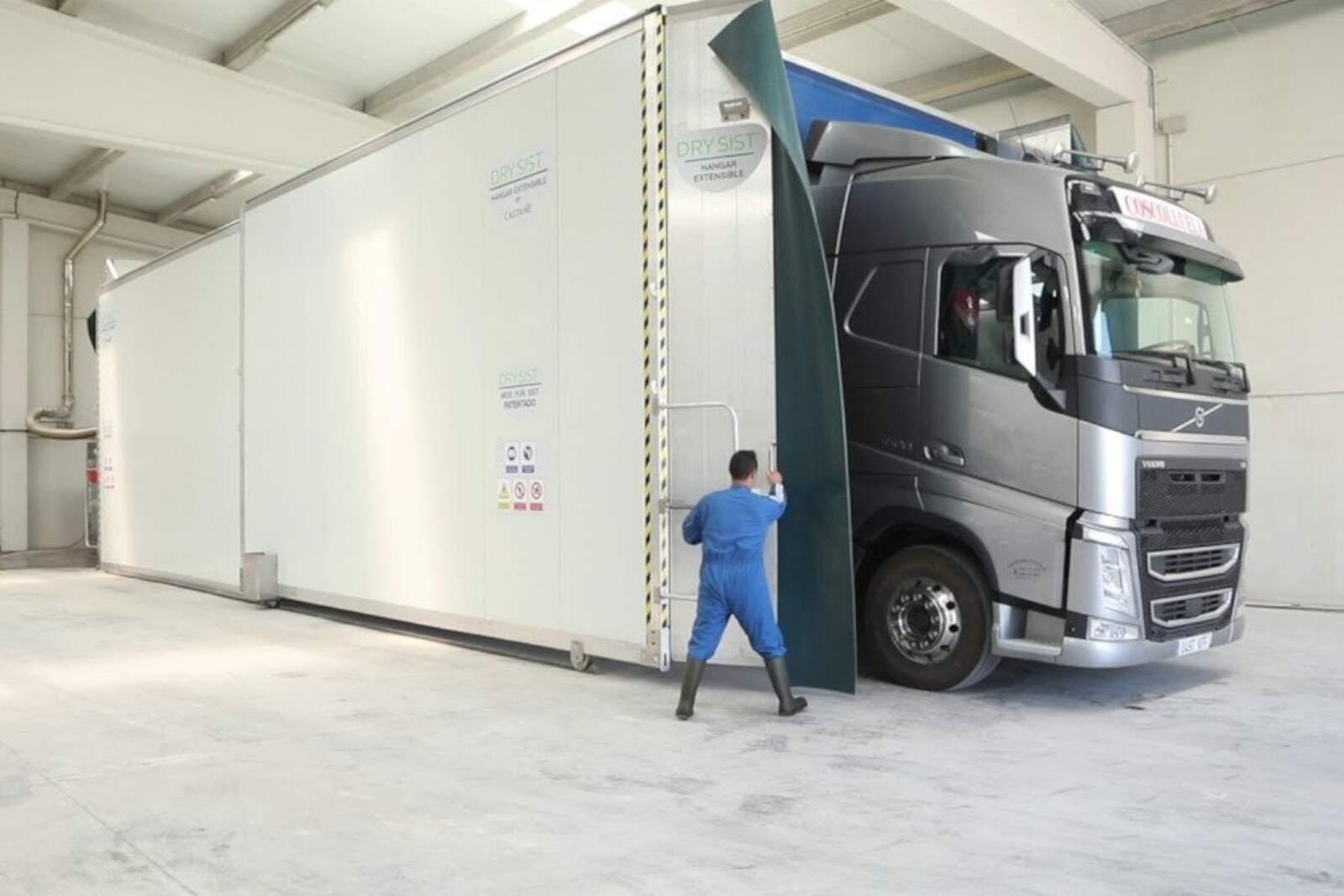 Un camió sent desinfectat mitjançant el sistema Drysist
