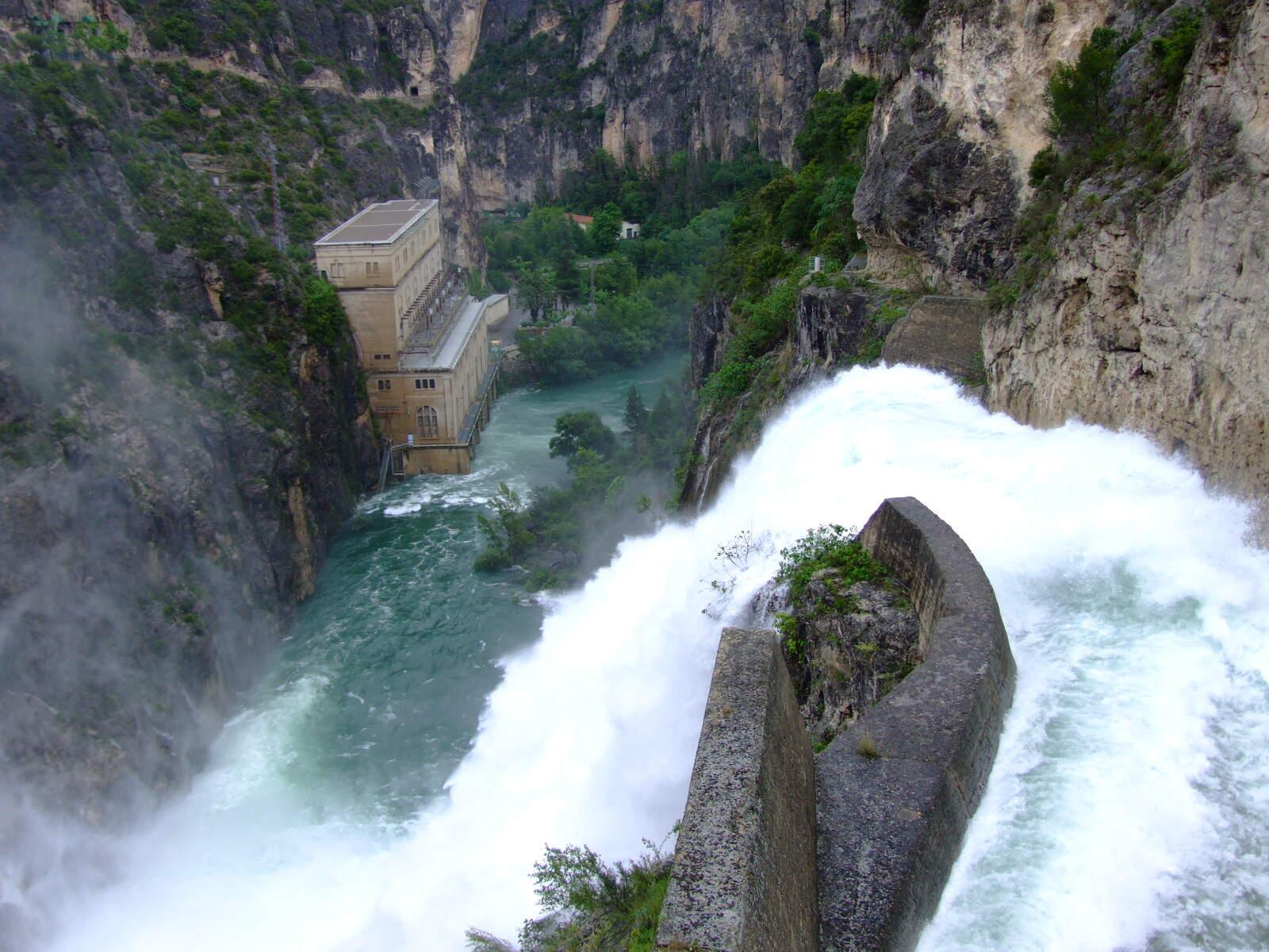 La central hidroelèctrica de Camarasa desembassant