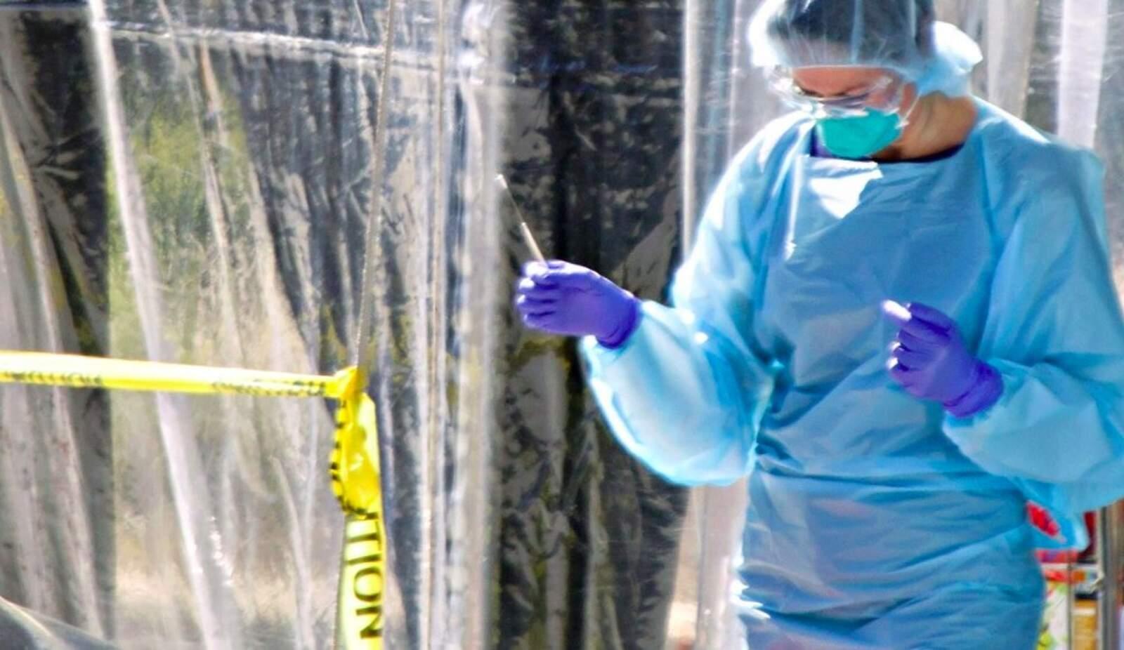 Personal mèdic fa un test de coronavirus
