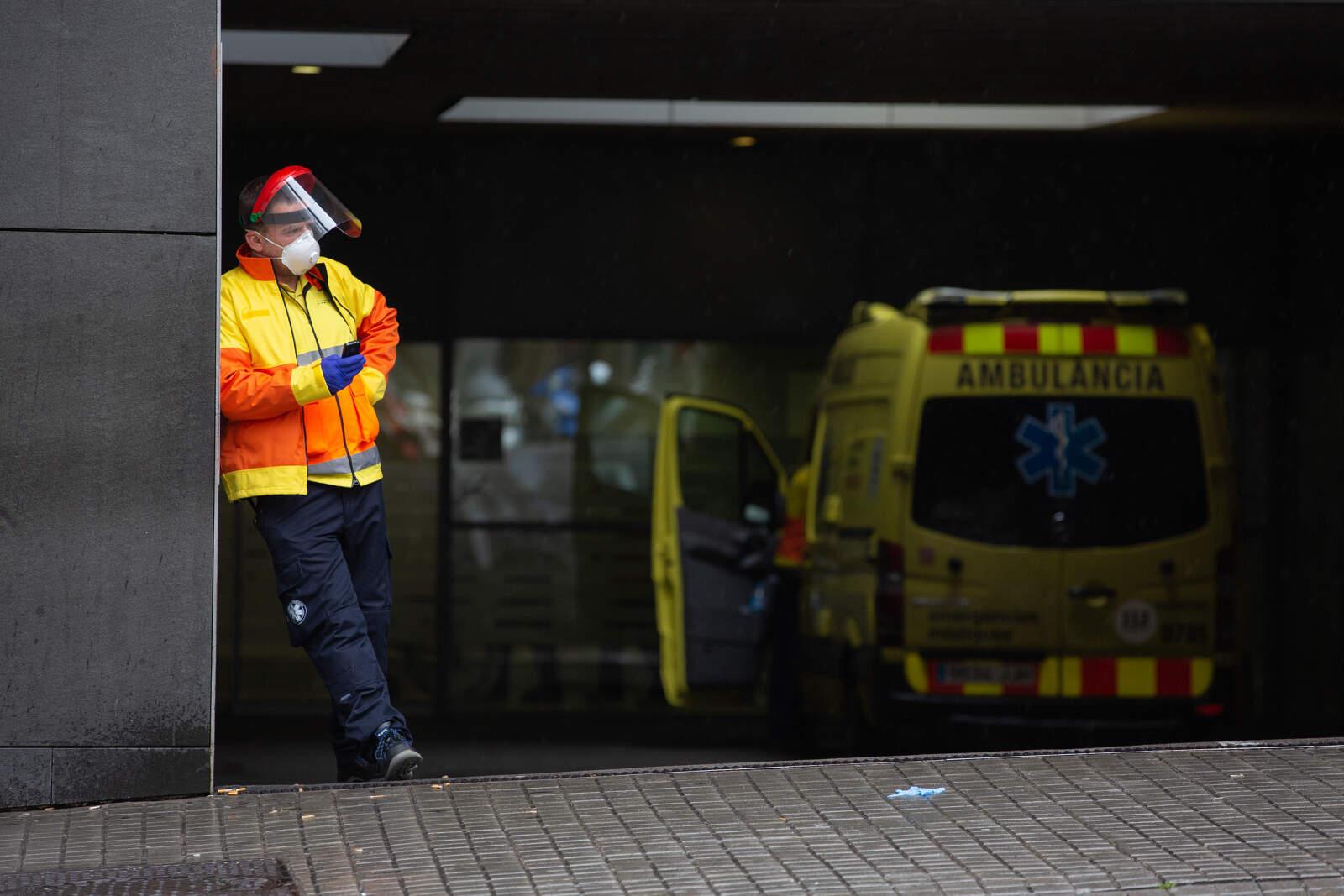 Un treballador del SEM a les portes d'urgències de l'hospital de Sant Pau de Barcelona