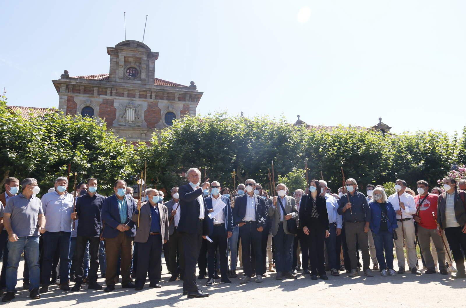 Els alcaldes i propietaris rurals i forestals davant del Parlament aquest dimarts al matí