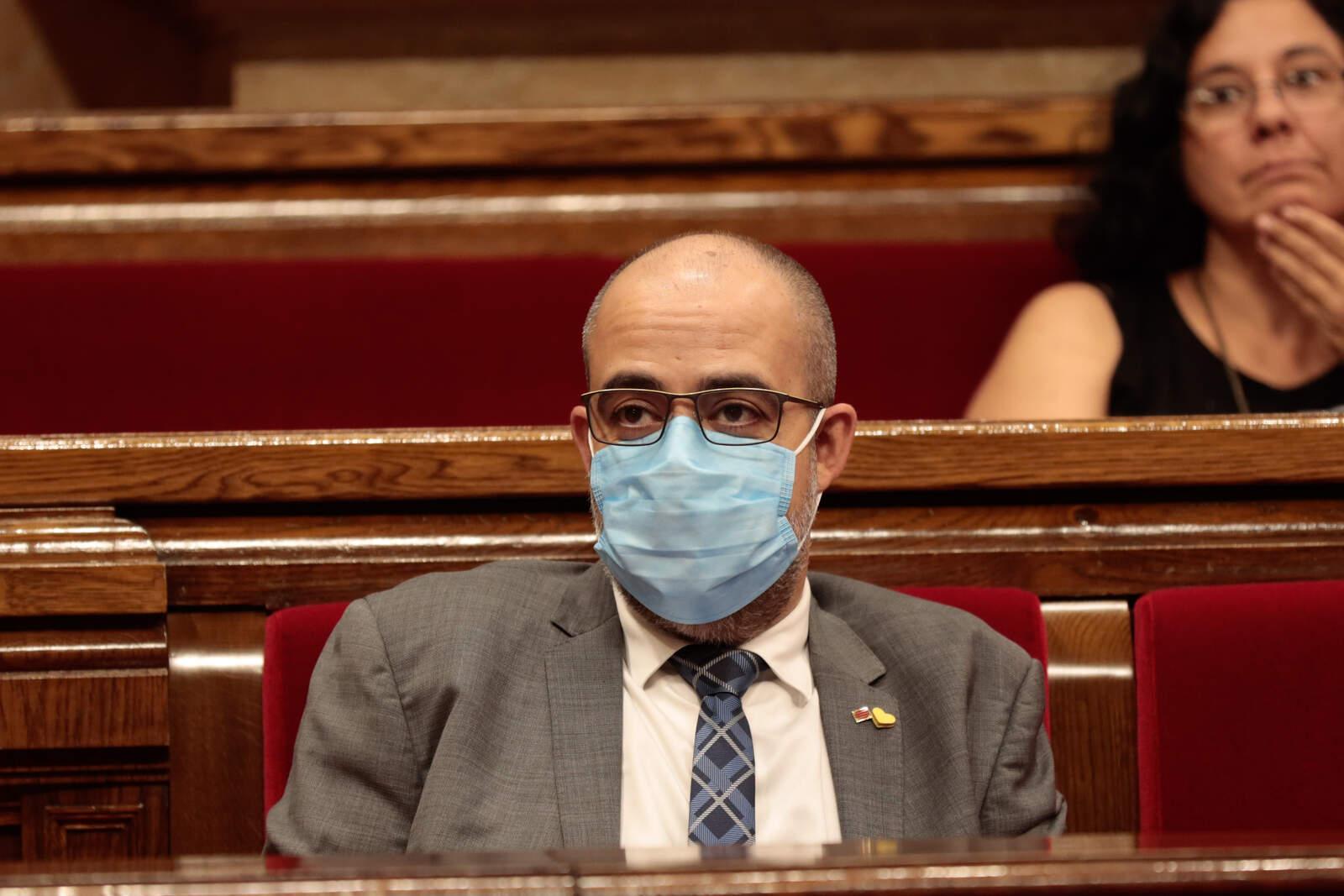 Miquel Buch amb mascareta al ple del Parlament