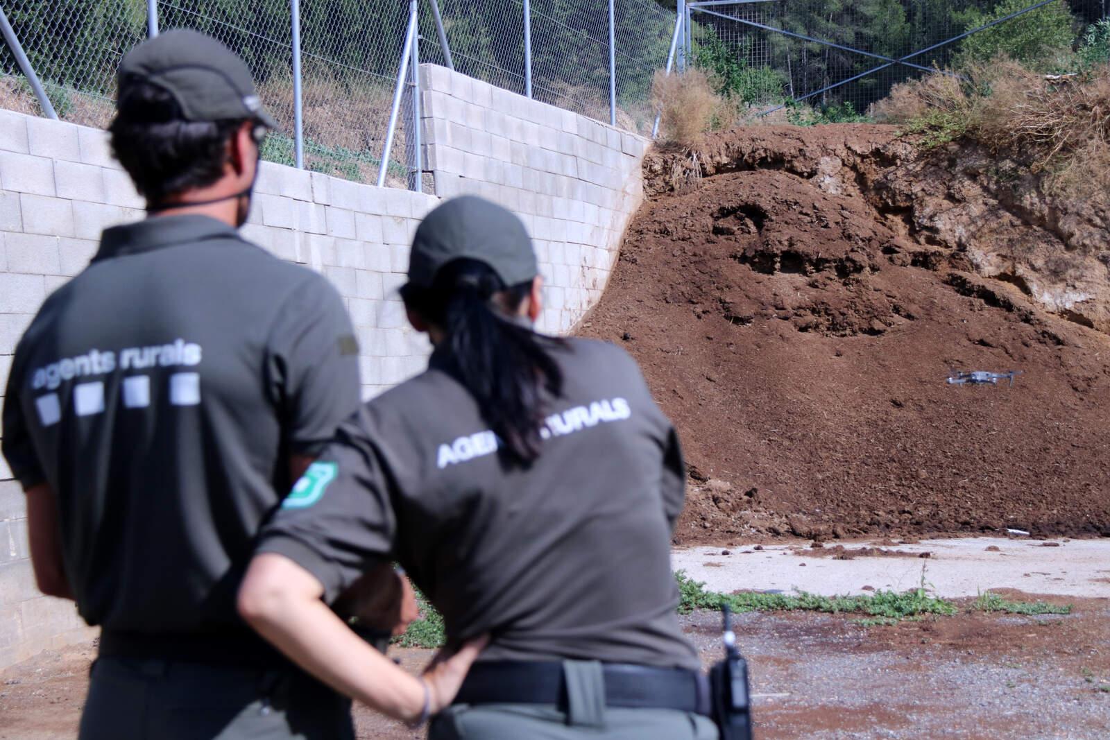 Agents Rurals inspeccionant una pila de fems amb un dron