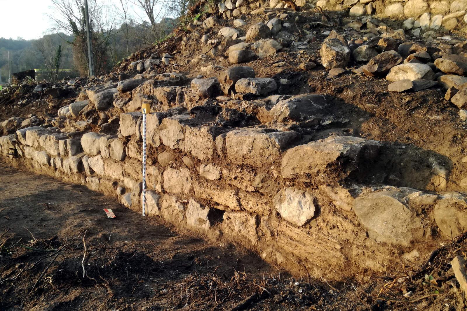 Els murs de la casa forta de Fares
