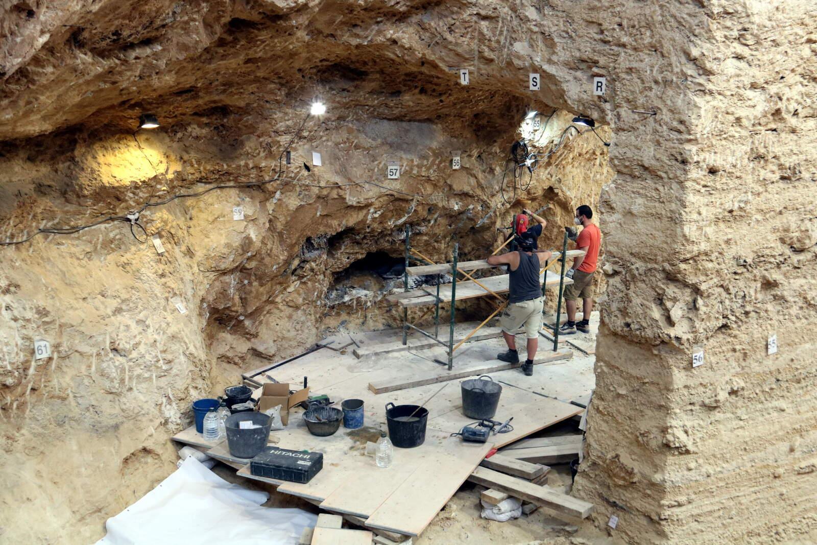 Arqueòlegs treballant a l'Abric Romaní de Capellades