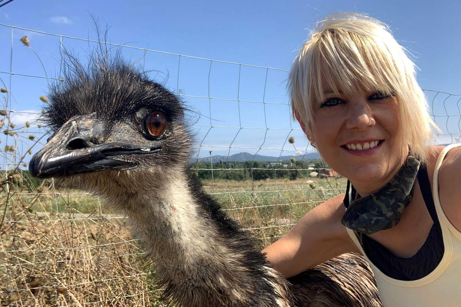L'emú amb la seva propietària