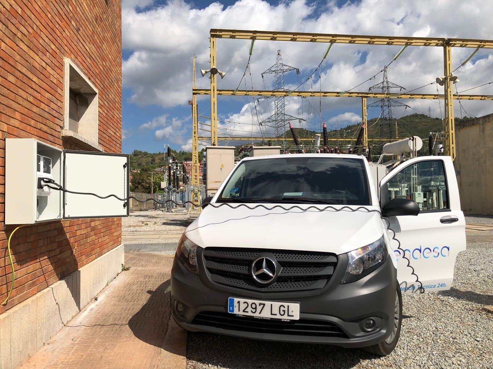 Un vehicle elèctric d'Endesa connectat a un punt de recàrrega