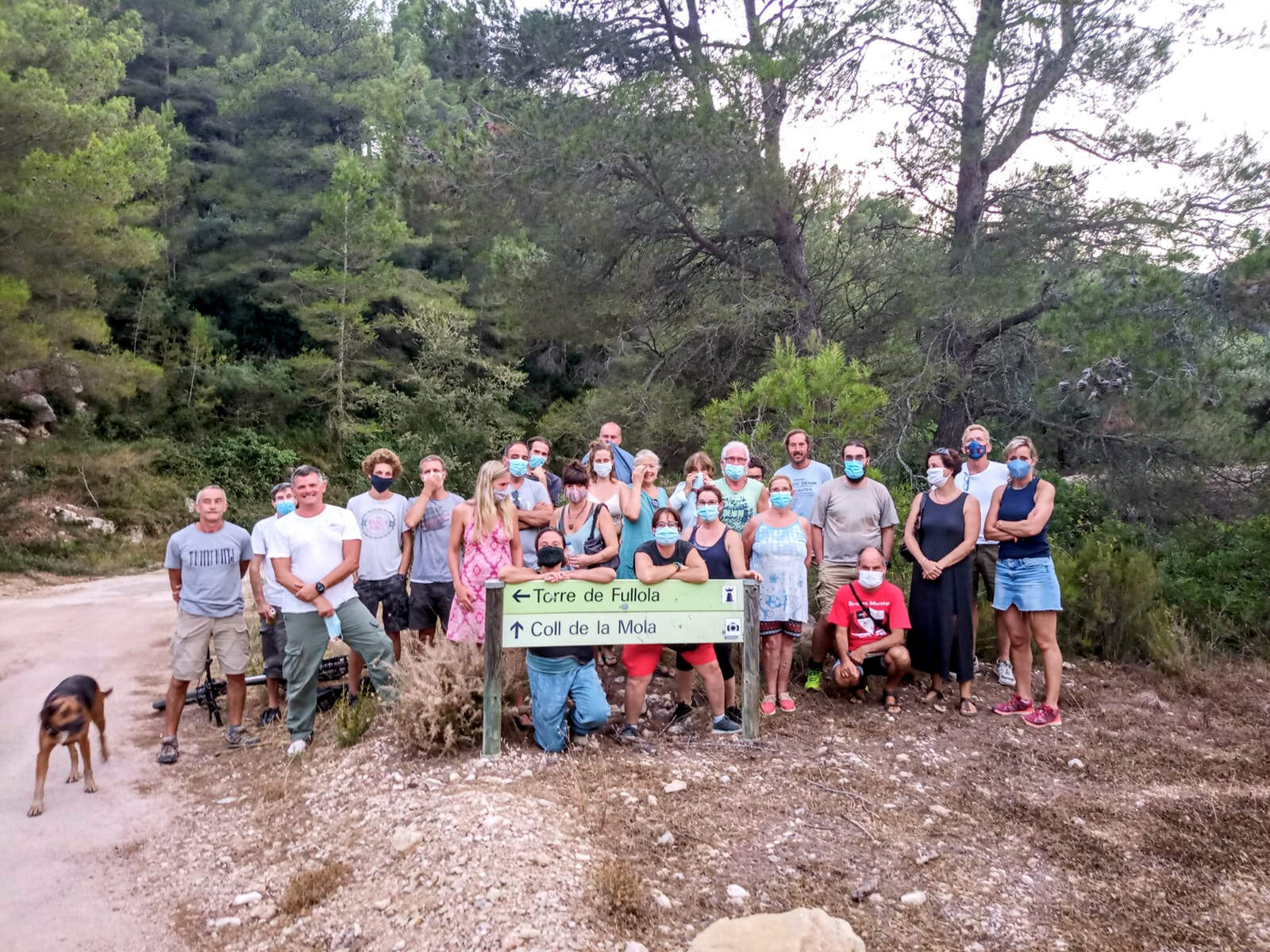 Membres de la plataforma Salvem Torrefullola i la Mola, al Perelló i Tortosa, contraris al parc eòlic en la concentració del 10 d'agost