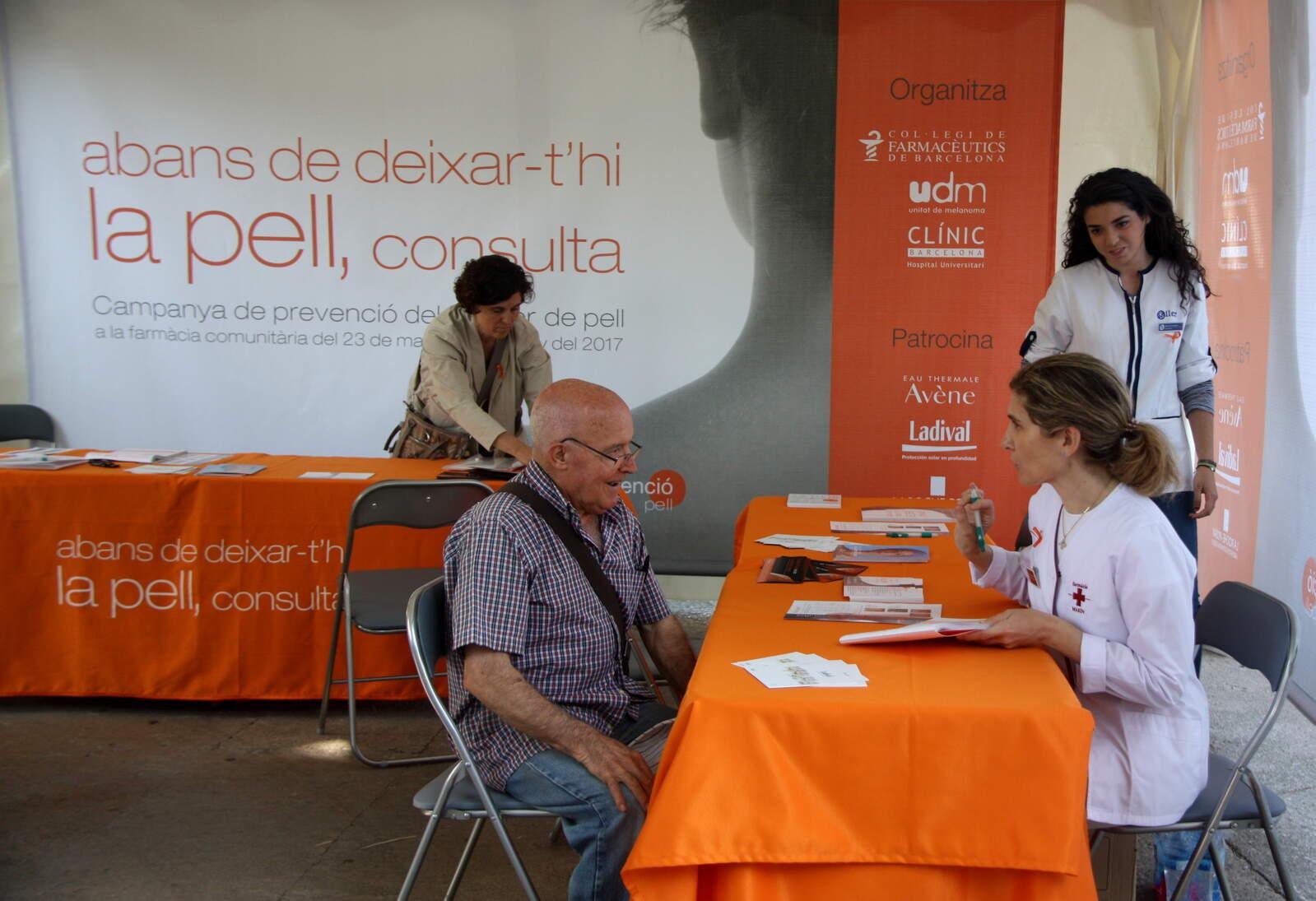 Un usuari fent-se la prova contra el melanoma a la carpa de la campanya contra el càncer de pell del Col·legi de Farmacèutics de Barcelona