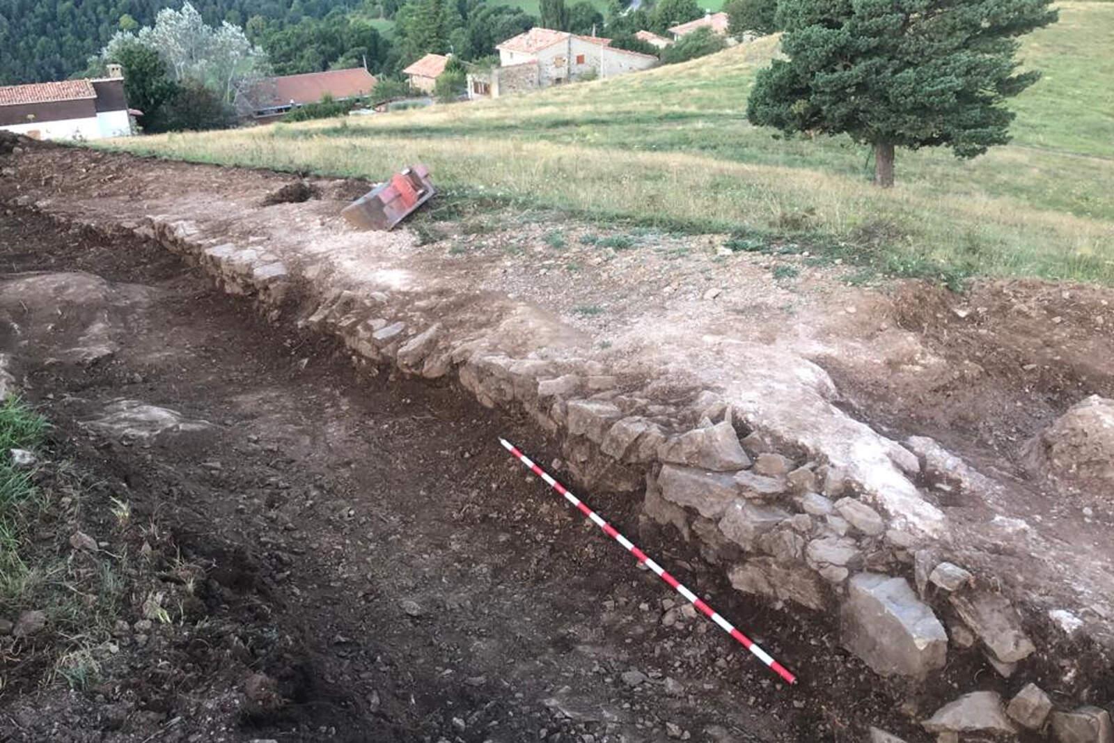El mur que s'acaba de descobrir a la Torre de Campelles