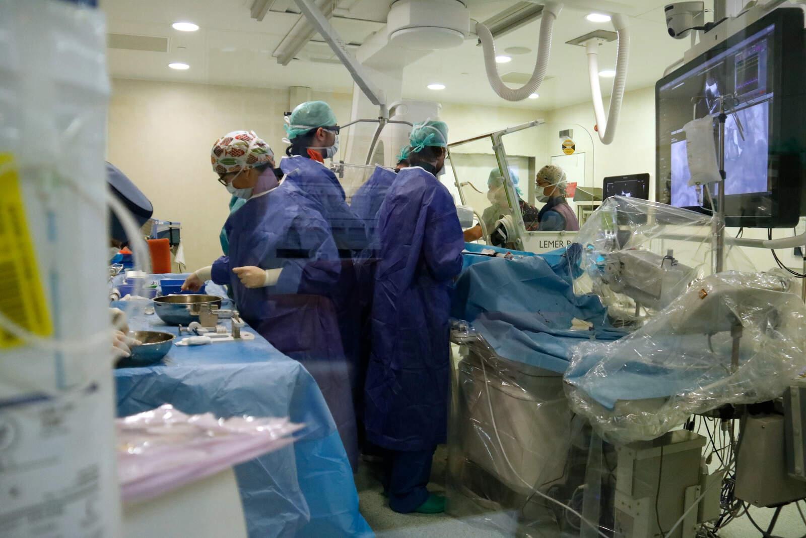 Un equip de l'hospital de Sant Pau implantant un dispositiu Pascal a un pacient