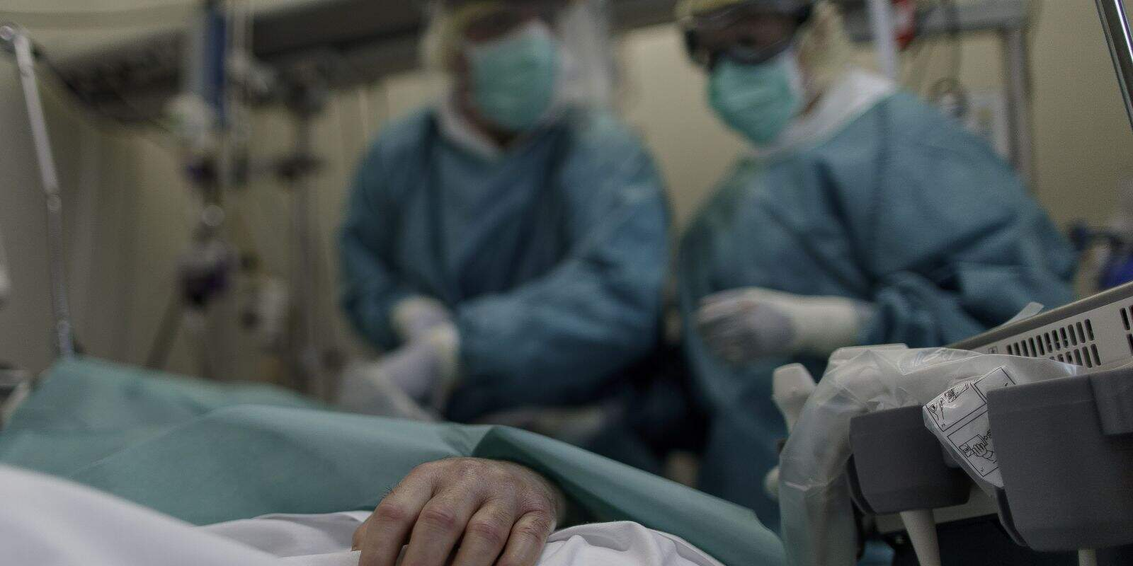 Personal sanitari en un hospital observa un pacient ingressat