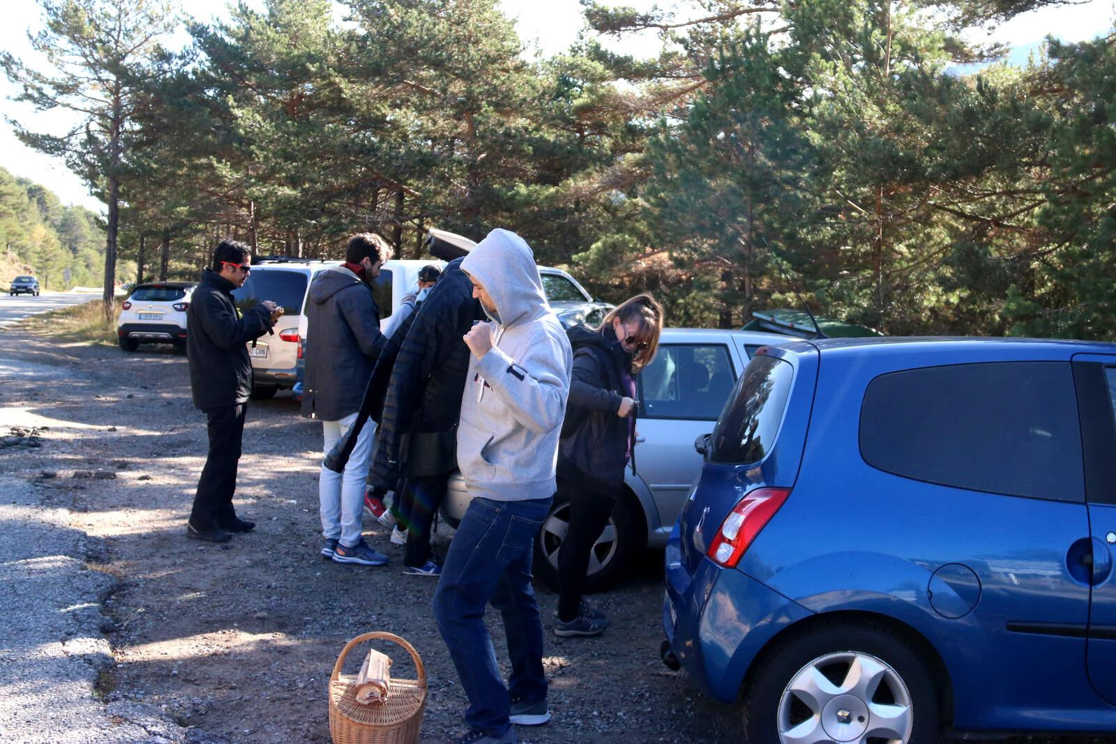 Joves acabats d'arribar al bosc per buscar bolets