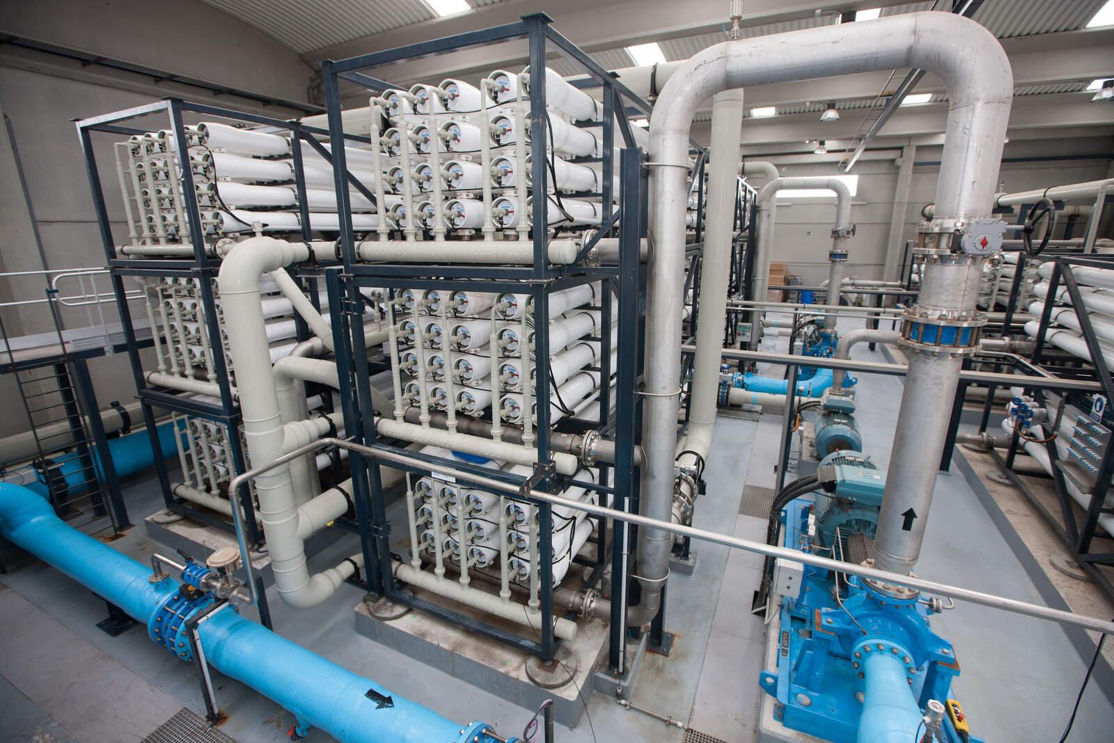 L'interior de la planta d'aigua reciclada que abasteix el polígon petroquímic de Tarragona