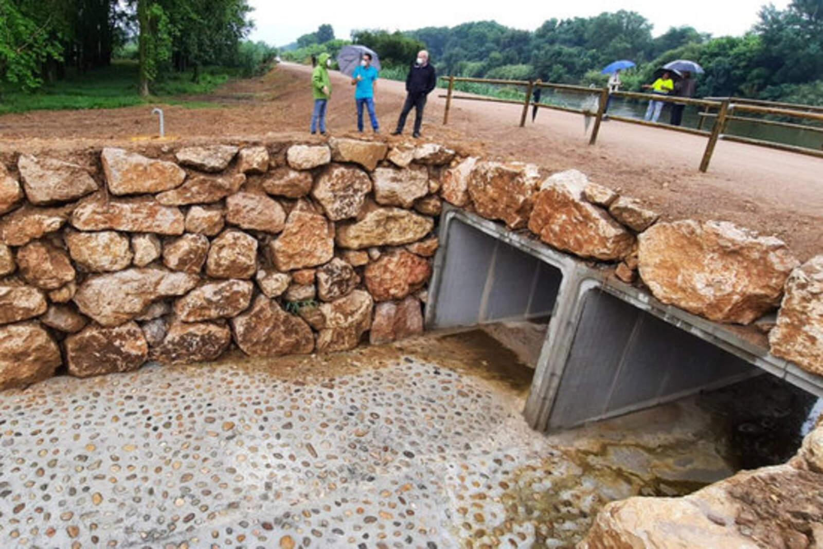 Visita de les autoritats a la mota del riu Ter amb les obres finalitzades el mes de juny