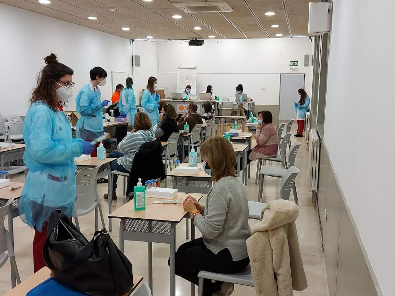 Sala de l'escola Tecnos equipada per realitzar les proves de la Covid