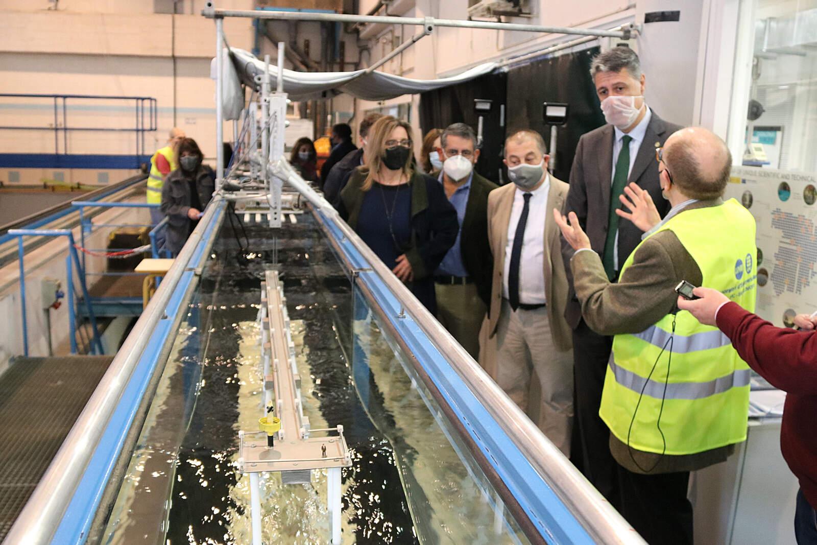 Xavier Gracia Albiol visita el simulador d'onades de l'UPC