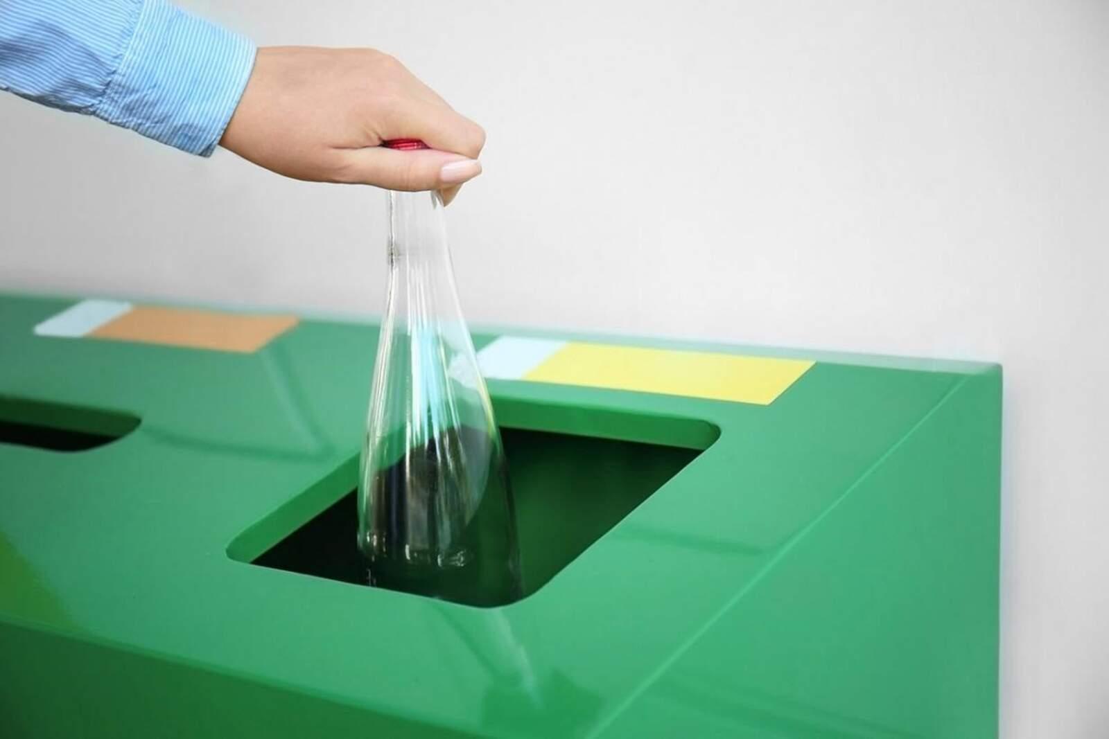 Persona reciclant (foto d'arxiu)