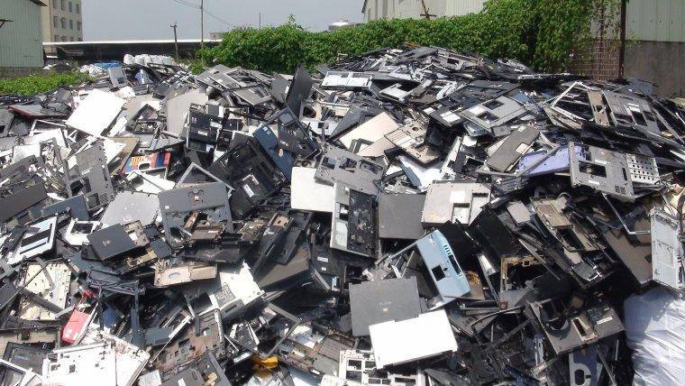 Els aparells elèctrics i electrònics en desús suposen milers de tones de residus cada any només a Catalunya  | Basel Action Network (CC)