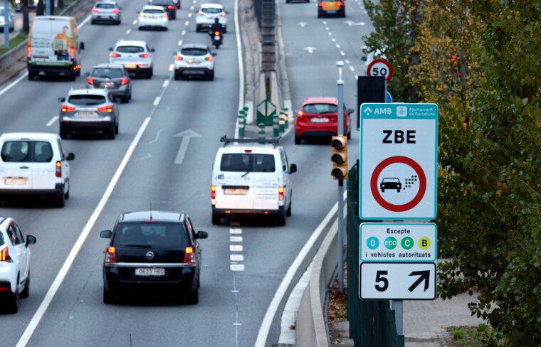 Un cartell avisa als conductors que entren a la Zona de Baixes Emissions de Barcelona a la sortida 5 de la Ronda de Dalt    ACN
