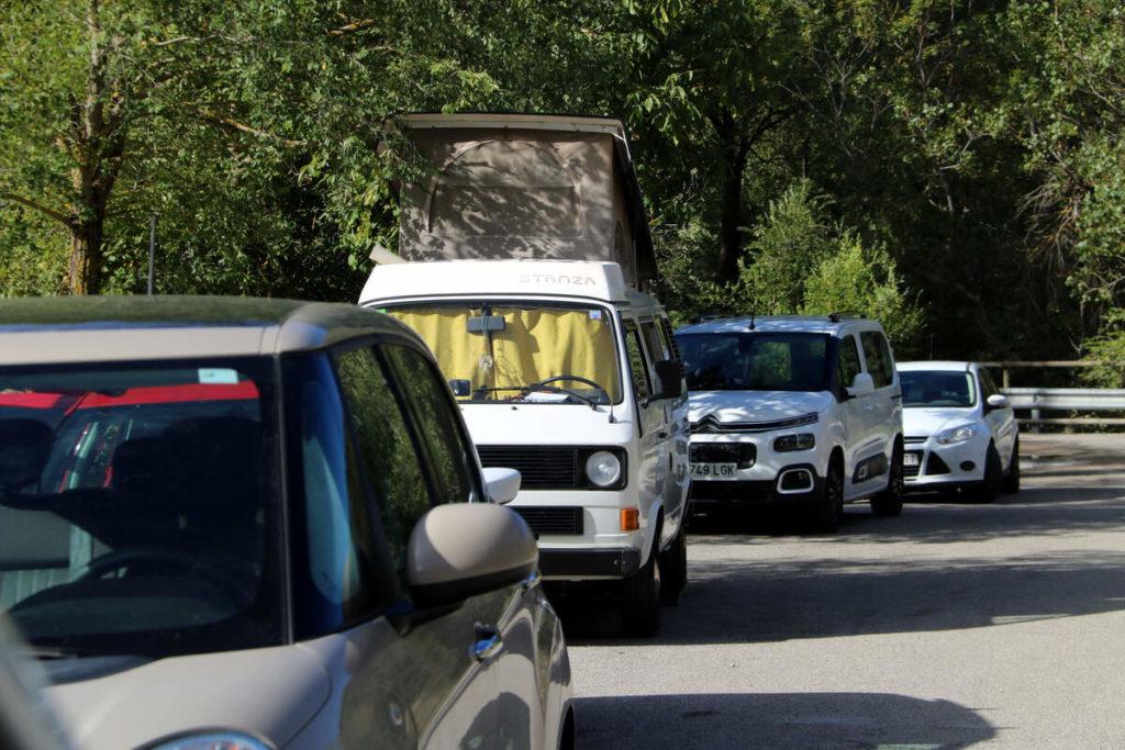 Vehicles de boletaires aparcats a l'entrada d'un bosc | ACN