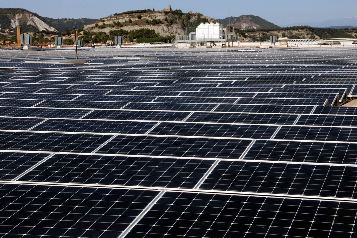 Plaques solars al sostre d'un magatzem logístic de Bon Preu    ACN