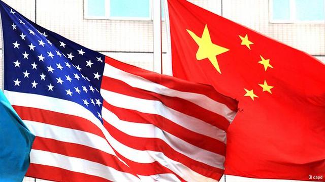 Una bandera dels Estats Units al costat d'una bandera xinesa | Flickr