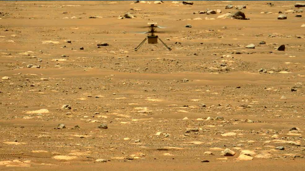 L'helicòpter Ingenuity volant sobre Mart, en una imatge captada pel vehicle Perseverance | NASA