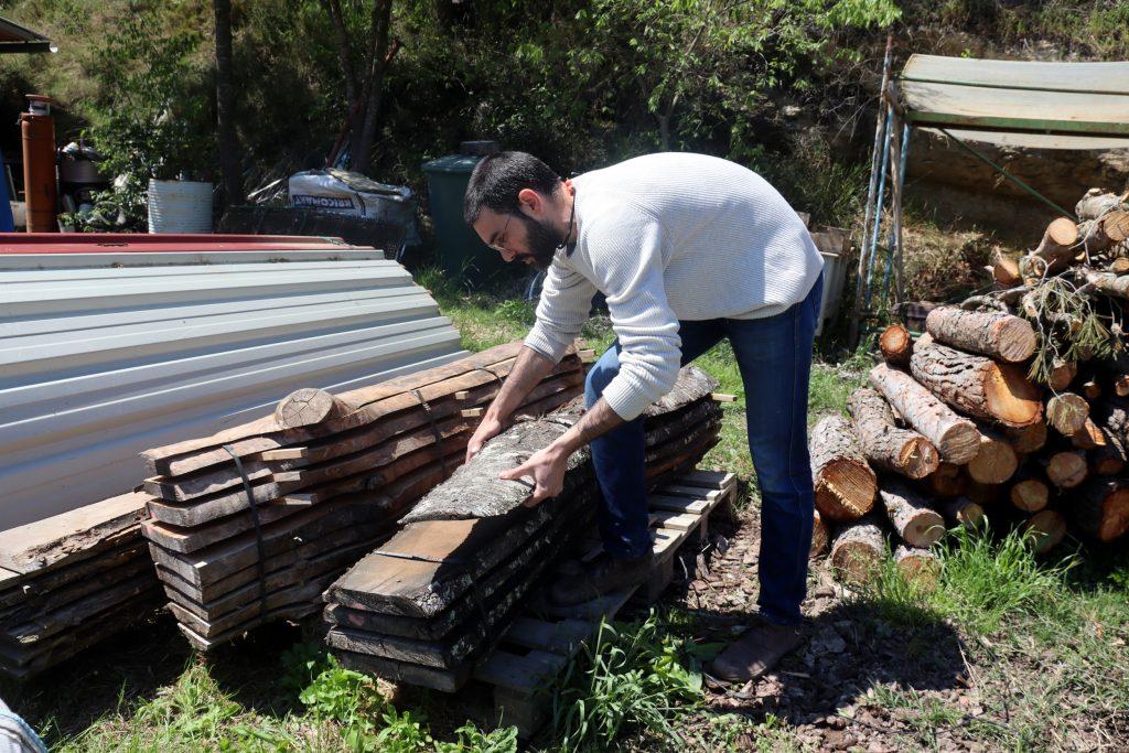 L'ebenista Germán Peraire mostra unes làmines de fusta de qualitat que té emmagatzemades per elaborar els seus productes   ACN