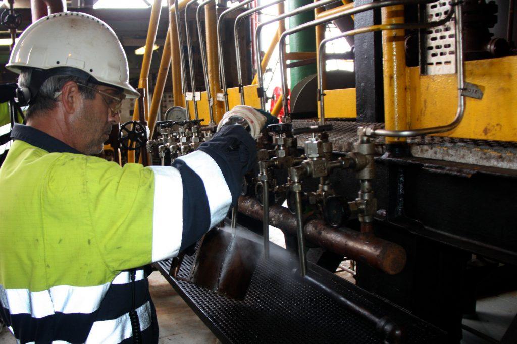Un operari de Repsol treballant a la plataforma Casablanca   ACN