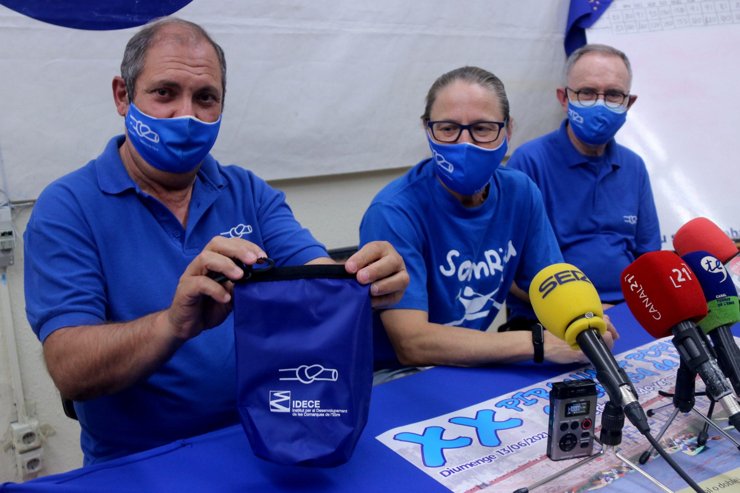 El portaveu de la PDE, Joan Antoni Panisello, mostrant la bossa que lliuraran als participants de la XX Piraguada en Defensa de l'Ebre | ACN