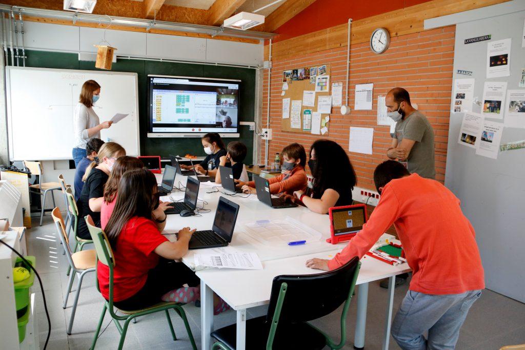 Els alumnes de quart a sisè de l'escola de l'Estany en una classe de STEAM   ACN